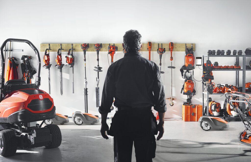 Man står framför samling med Husqvarna-maskiner