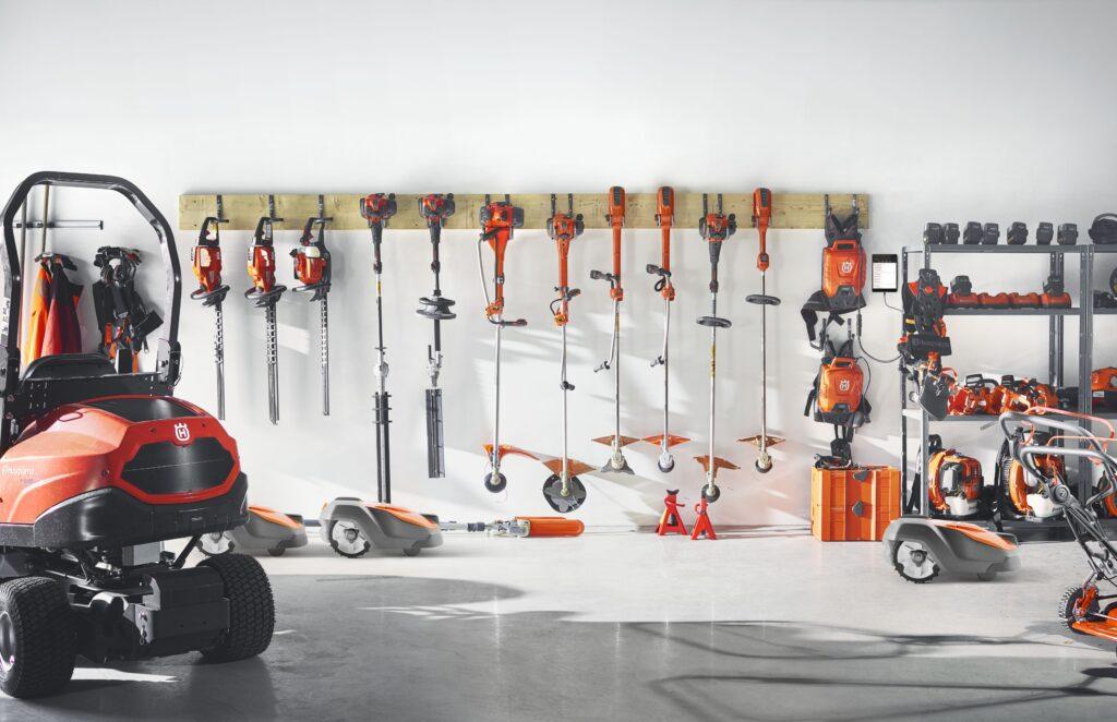 Husqvarna-maskiner som hänger i förrådet